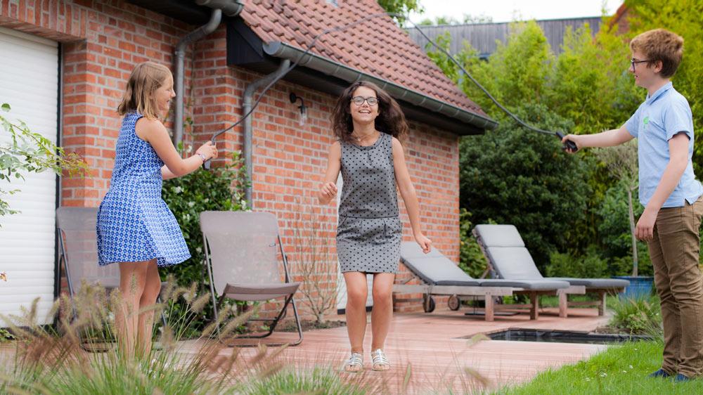 Enfants Sautent A La Corde Sur Une Terrasse Bois Ipe Avec Bassin